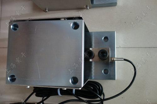 我们公司生产销售的液体灌装取料称重模块器可选配无线、大屏幕、带报警等功能。称重模块自稳定承压头设计,始终保持正确的加载位置,称重重复性好。如有意向要购买或了解详情可以点击这里致电我们,祝您购物愉快!     称重模块简介: 采用了优质的传感器元件,其特点是结构紧凑,不需安装其他配件,自稳定的传感器承压头使计量精确,重复性好;快速简便的安装,节约安装和停机维修时间。静载称重模块可以方便地安装在各种形状的容器上,并可在此容器中方便地进行装料、配料或搅拌。适用于平台、立罐子、槽罐等设备。 称重模块 液体灌装取料称重模块 称重模块   称重模块应用:无论在哪里使用应变式传感器,如称重传感器、力传感器或力矩测量轴,来执行测量任务,称重模块都是佳解决方案。例如: 贮料仓和燃料仓的装料高度监测 监测起重机和钢缆负荷 测量传送带的负荷 工业升降机和轧钢机中的过载保护 用于潜在爆炸区的罐体、料斗 称重模块   称重模块技术参数: 额定载荷:0.25,0.3,0.5,0.75,1,1.5,2,2.5,3,5,7.5,10t 灵敏度:3.0(-)0.003mV/V(0.5~10t)2.0(-)0.002mV/V(0.25~0.3t) 精度等级:C2~C5 零点平衡:(-)1%F.S 零点温度影响:(-)0.02%F.S/10℃ 输出温度影响:(-)0.02%F.S/10℃ 输入阻抗:400(-)20Ω 输出阻抗:352(-)3Ω 绝缘电阻:≥5000MΩ 温度补偿范围:-10℃~40℃ 工作温度补偿:-30℃~70℃ 安全过载:150%F.S 极限过载:180%F.S 推荐激烈电压:10-12VDC 防封等级:IP68 材质:合金钢不锈钢 称重模块   售后服务: 1产品够真实:我司的货物从不弄假,每个产品都属真货,一律坦诚相告,请放心选购。 2诚信够高:我司真诚为大家服务,是值得信赖的商家 3保障够好:我司所有销售产品均为全新产品,品质保证!如不是全新品产品,我们双倍赔偿! 4售后够强:严格实行三包服务,所售产品因自身质量问题(非人为所为)外观无划伤:七天包换,一年保修,超过保修,我们只收成本并提供优质的维修服务。 5实体经营:各地工厂、公司和专卖公司全国连锁诚信经营,欢迎来公司交易,我司可签销售合同!   相关推荐:3t半浮动小量程精密称重模  防水本安型接大屏幕固定称  4-20毫安模拟量输出耐腐蚀  无线连接电脑选配反应釜电  30t上下限报警节能进口称  动态三色警示防爆型工业称